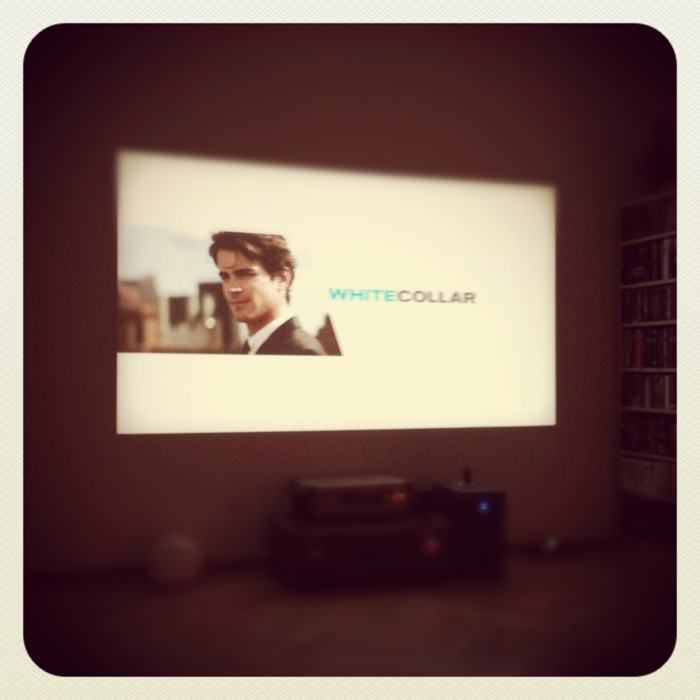 White Collar an der Wand